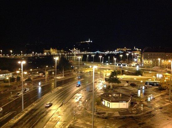 Mercure Budapest Duna: Veduta notturna dalla stanza