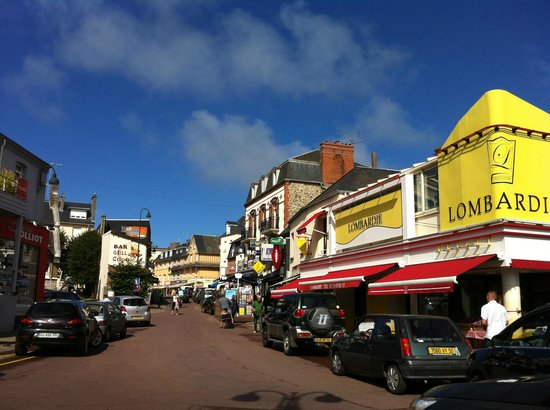 Hotel Les Fresques: rue principale Agon-Coutainville