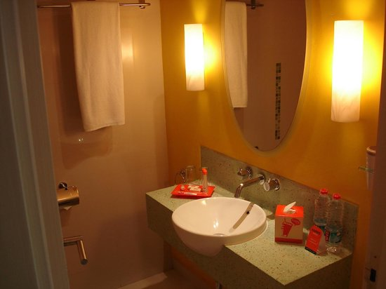HARRIS Hotel & Conventions Kelapa Gading: Bathroom