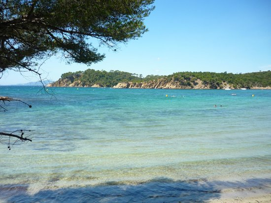Bormes-Les-Mimosas, فرنسا: La spiaggia vista dal sentiero del litorale
