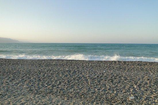 Chrispy World: Пляж рядом с отелем, лежаков и зонтиков там нет