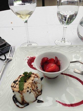 La Table des Marechaux - Hotel Napoleon: blancs montés en neige et petites fraises