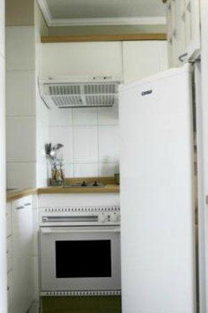 Bellas Artes Suites: Cocina con refrigerador grande