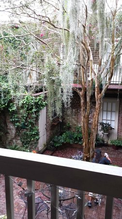 Savannah Bed & Breakfast Inn: View from verandah looking at Red Cottage across the courtyard