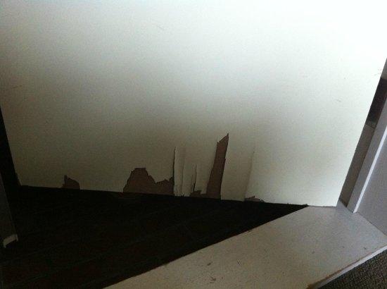 White Beach Hotel: 剥がれたままのベニヤ板のドア