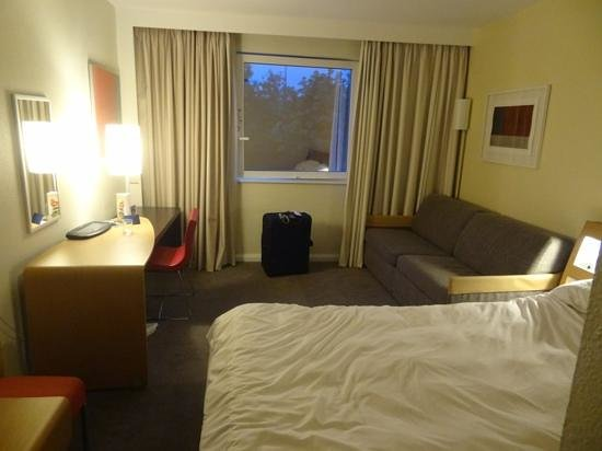 Novotel London Heathrow: Our room was a good size