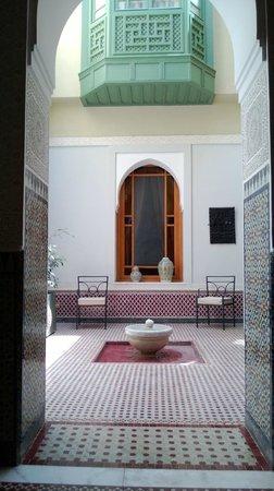 """Palais Faraj Suites & Spa: Cour de la suite """"Le Petit Ryad"""", vue du salon de la suite"""