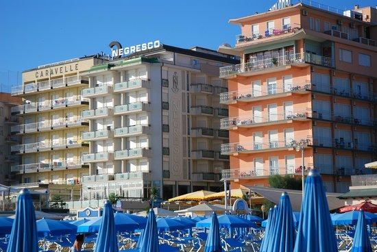 Hotel Negresco: l'hôtel vue de la plage