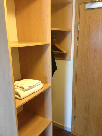 Travelodge Sheffield Central Hotel: Wardrobe area