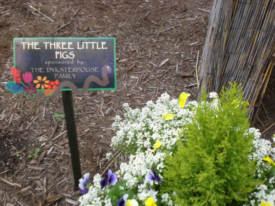 Bookworm Gardens: Cute markers for each book theme