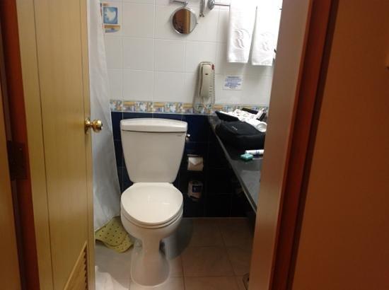 Ramada Pudong Airport Shanghai: tiny bathroom
