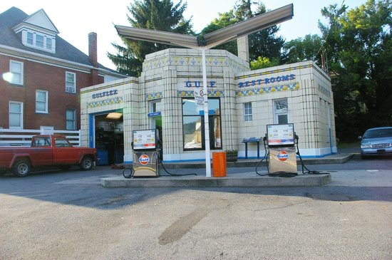 The Historic Lincoln Highway : Beautifuol Gulf Station still operating in Bedford PA.