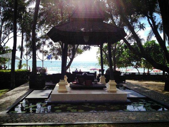 Impiana Resort Patong Phuket: Well manicured grounds
