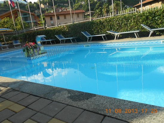 Residence Domaso - Resort & SPA: view of pool from apartment