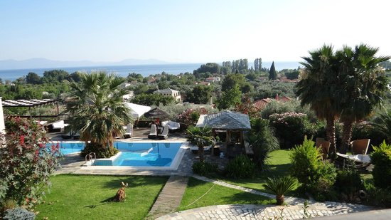 Iakovaki Suites & Spa: View of the gardens from the terrace of the restaurant