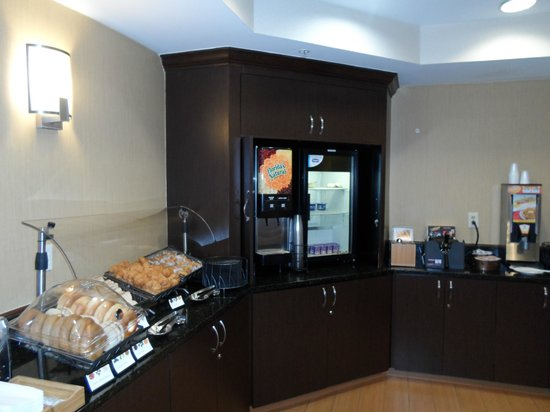 SpringHill Suites Charlotte University Research Park : Free breakfast buffet