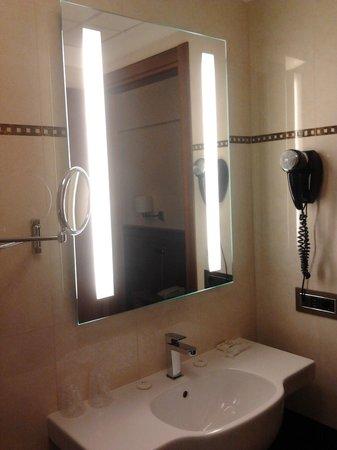 Hotel Iris : Specchio con lavandino e phon