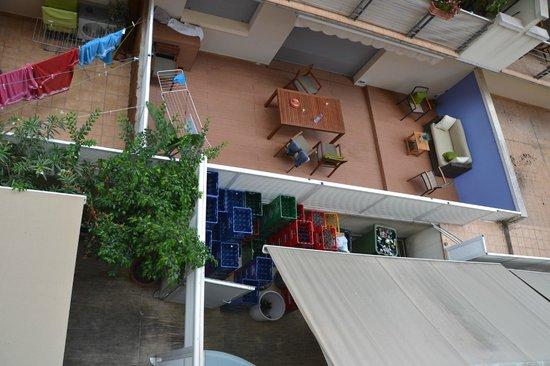 La Nina Hotel : Der Innenhof, man riecht auch die Abluftrohre der Küche.