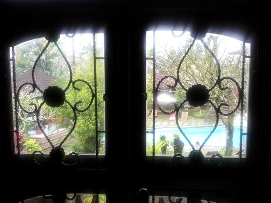 Okawati Hotel: Traditional features...lookng thru the window in 2B to the pool