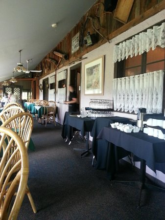 Chemong Lodge: Dining area, overlooking the water