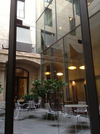 Mercer Hotel Barcelona: The lovely yard where breakfast was served