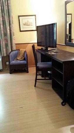 Hotel Congreso: Mobiliario desconchado y Tarima rota