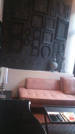 Hotel Banke: Déco de la chambre. Banquette en cuir.