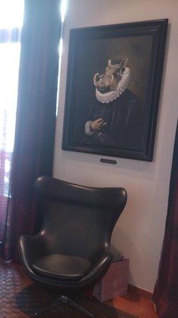 Hotel Banke: Déco de la chambre. Fauteuil design en cuir.
