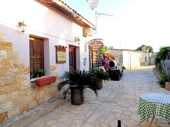 Kyra Frosini Tavern : Enter through the garden gate