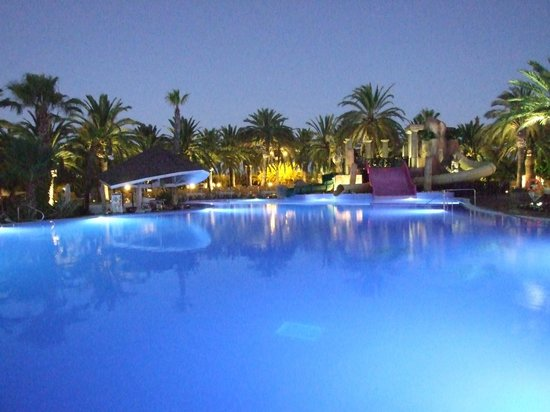 Camping & Resort Sanguli Salou : Night view of one of the pools