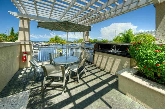 Harborside Suites at Little Harbor: Outside Kitchen and Grill