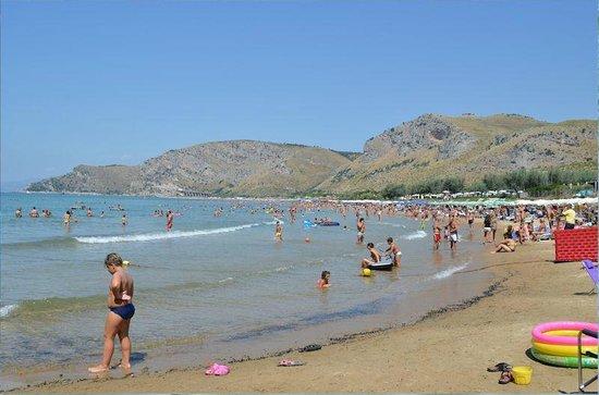 Hotel Villaggio Torre San Vito: Spiaggia San Vito, enorme, acqua splendida. Ovviamente in agosto è molto affollata ma vivibile.