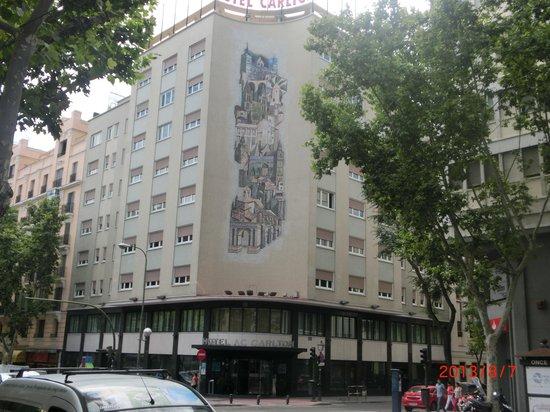 AC Hotel Carlton Madrid: 建物正面、オシャレな絵が描いてある
