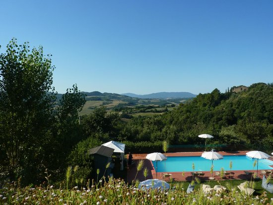 Hotel Terre di Casole: Piscine vue de la terrasse