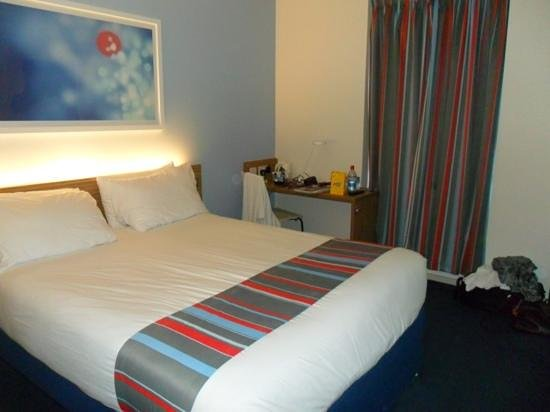 Travelodge London Central Bank: bed