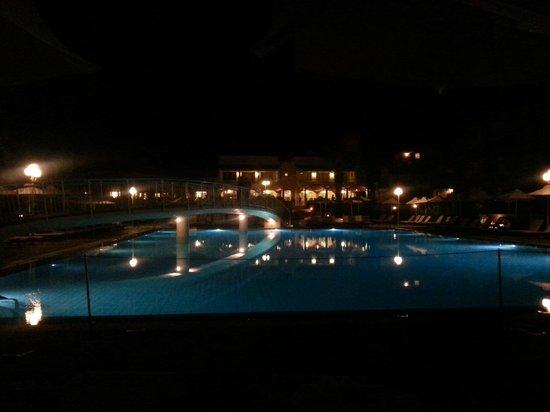 Bella Beach Hotel : la piscine de nuit