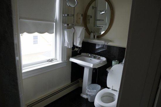 Ocean Rose Inn: Bathroom