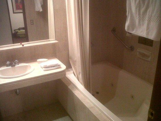 El Condado Miraflores Hotel & Suites: Baño