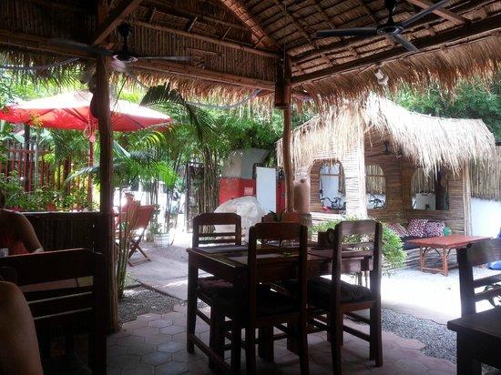 Babel Guesthouse: super gemütlicher Garten zum Essen und relaxen