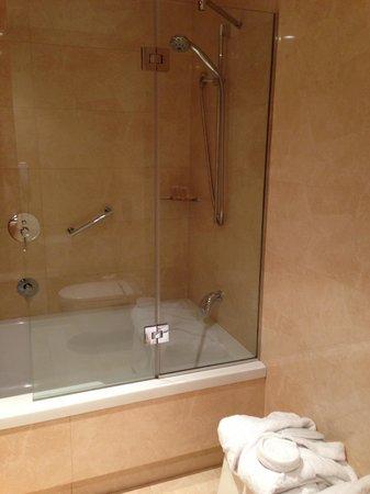Hotel Gran Ultonia Girona: la vasca con doccia