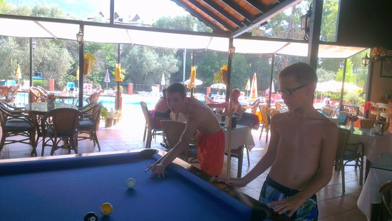 Tunacan Hotel: pool table and bar area overlooking pool
