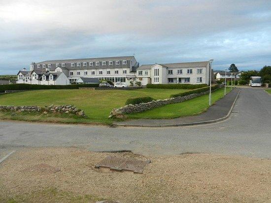 Best Western Kinloch Hotel: Kinloch Hotel from shore road