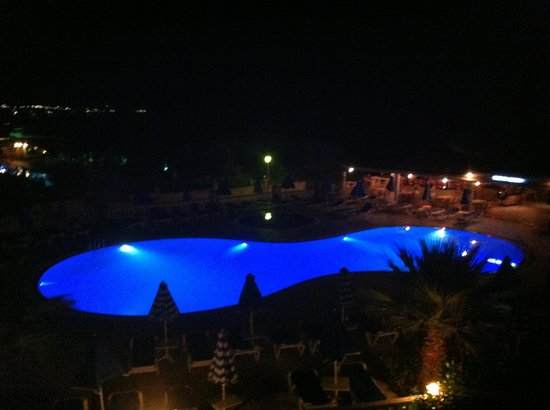 Elvita: The pool by night