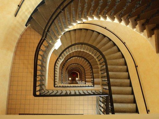 Falkensteiner Hotel Maria Prag: impressive stairway in the hotel