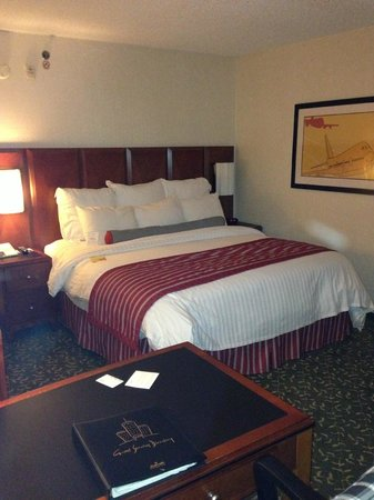Detroit Metro Airport Marriott: Comfortable bed