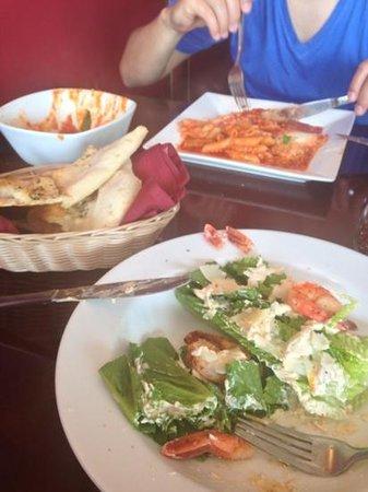 Primo Trattoria Italiana : parmeggiana com penne, salada ceasar com camarão e a deliciosa la forcaccia!