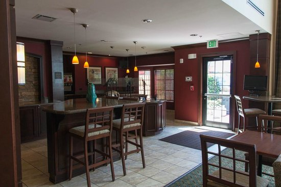 Homewood Suites by Hilton Jacksonville Deerwood Park: Обеденная зона в холе