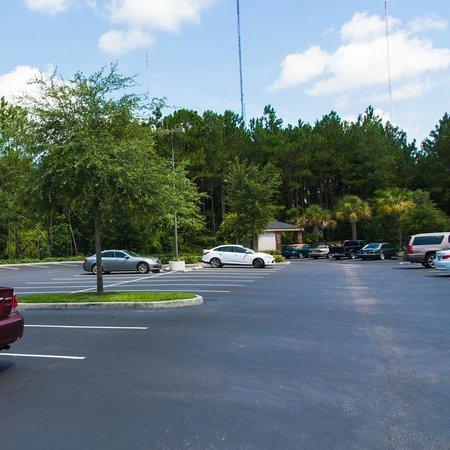 Homewood Suites by Hilton Jacksonville Deerwood Park: Парковка