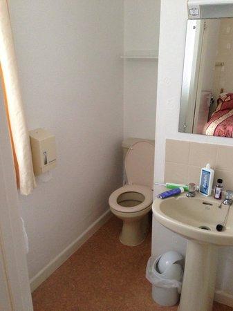 Hotel Bonair: Narrow toilet