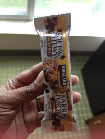 Quality Hotel & Suites Airport East : My tasty snack given in the rooms!